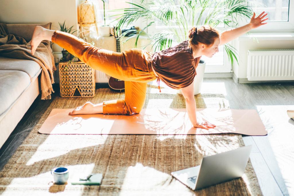"""Featured image for """"Jak ćwiczyć jogę w domu? Poradnik dla początkujących."""""""